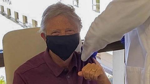 Bill-Gates-se-vacuna-contra-el-Covid-19