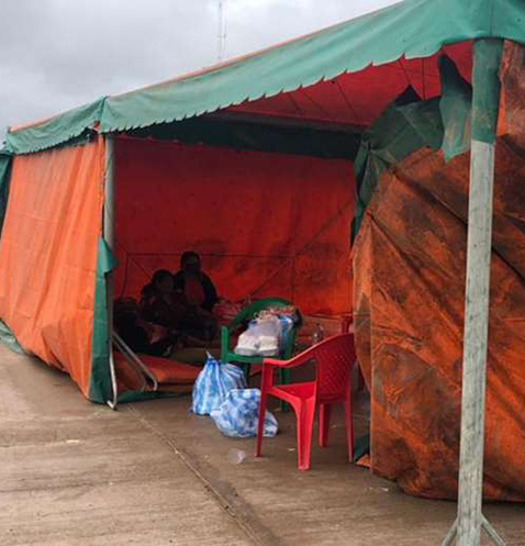 Familias-afectadas-por-inundaciones-salen-a-la-carretera