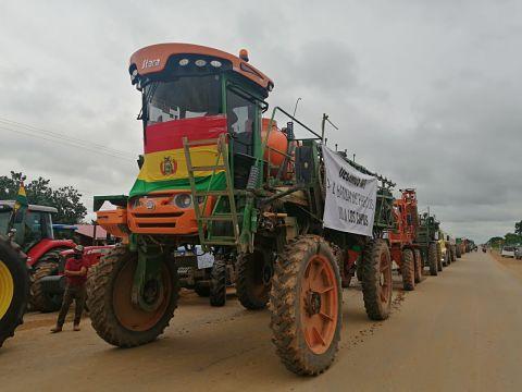 Productores-crucenos-realizan-un--tractorazo--en-rechazo-a-la-banda-de-precios-de-la-harina-de-soya
