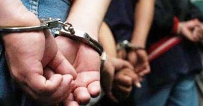 Tres-sujetos-y-cuatro-policias-son-aprehendidos-por-el-robo-de-$us-30-mil