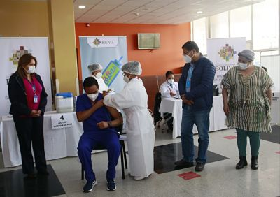 Medico-Jose-Alejandro-Ortiz-recibe-la-primera-vacuna-Sputnik-en-Oruro