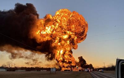 Fuerte-explosion-despues-de-que-un-tren-embistiera-un-camion-articulado-en-Texas