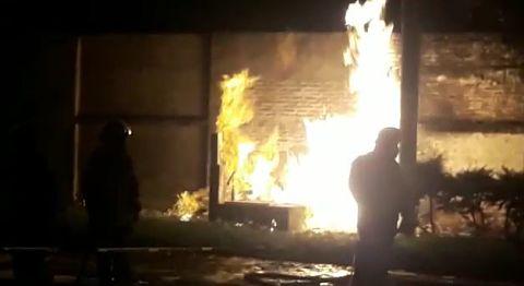 Cortocircuito-provoco-incendio-en-un-surtidor-de-la-avenida-Cumavi