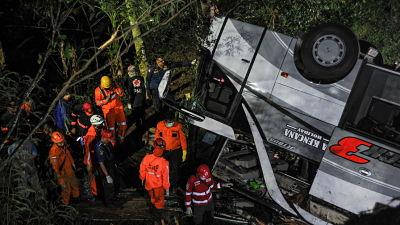 Al-menos-27-personas-mueren-despues-de-que-un-autobus-escolar-cayera-por-un-barranco-en-Indonesia