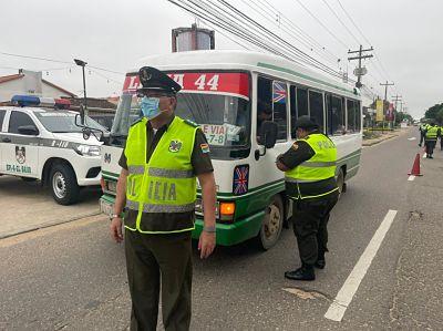 Control-policial-obliga-a-micros-a-transportar-pasajeros-sentados-para-evitar-contagios