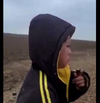 Un-nino-llora-desconsoladamente-tras-ser-abandonado-en-la-frontera-con-Estados-Unidos