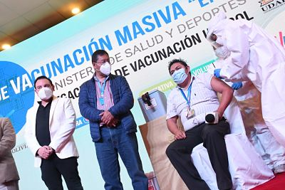 Presidente-Arce-inicia-programa-de-vacunacion-masiva--En-Napa--en-Santa-Cruz-para-mayores-de-50-anos-y-periodistas