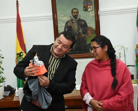 Eva Copa realiza una visita protocolar a Jhonny Fernández en la capital  cruceña