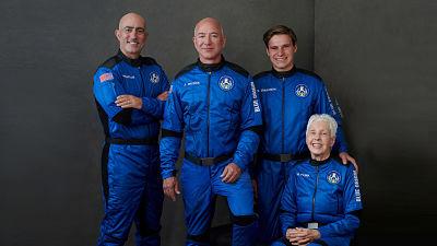 La-capsula-espacial-con-Jeff-Bezos-a-bordo-aterriza-exitosamente-en-la-Tierra